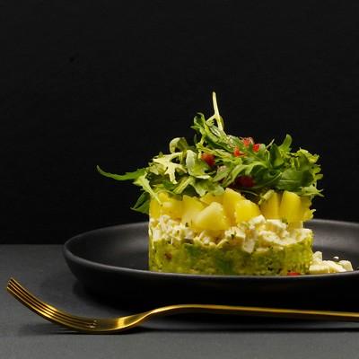 Guacamole, Feta, Mango und Rucola Salat